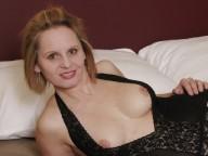 Vidéo porno mobile : Bourgeoise se fait reluire le poil par son amant black!